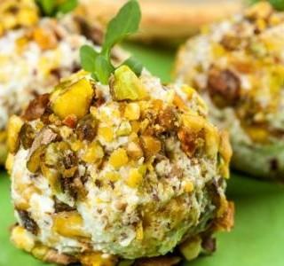 Sýrové koule s ořechy a datlemi