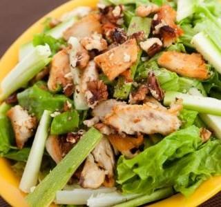 Salát s kuřecím masem a ořechy