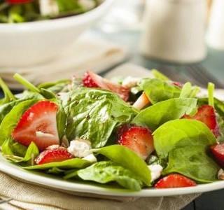 Salát z mladého špenátu a jahod s piniovými oříšky