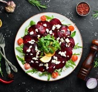 Salát z červené řepy s kozím sýrem a rukolou