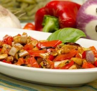 Salát z lilku, papriky a rajčat