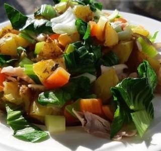 Salát z pečených brambor zeleninou a masem