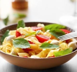 Salát z těstovin a zeleniny