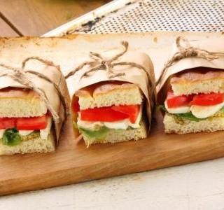 Sendviče s rajčaty a sýrem