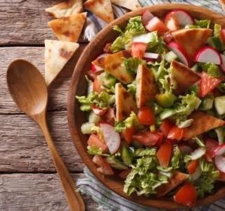 Sezónní zeleninový salát s pita chlebem