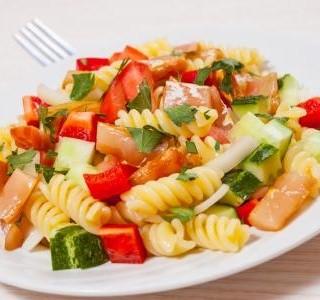Skvělý těstovinový salát se zeleninou a masem