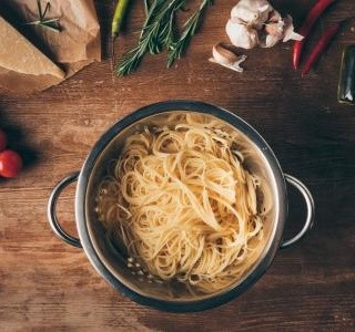 Špagety se smetanovou omáčkou se zeleninou
