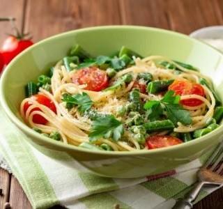 Těstovinový salát s čerstvým hráškem a rajčaty