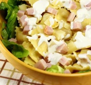 Těstovinový salát se zeleninou a dresinkem
