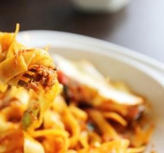 Těstoviny s pečenou paprikou a kozím sýrem