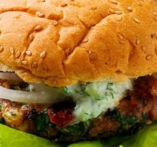 Turecké hamburgery s omáčkou tzatziki