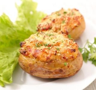 Zapečené brambory se šunkou a sýrem