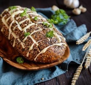 Zapečený chléb s dvěma druhy sýra
