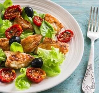 Zelený salát s olivami a kuřecími kousky