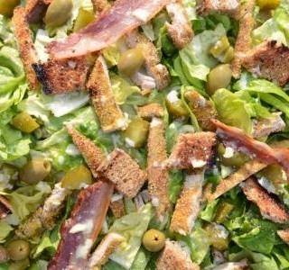 Zelený salát s olivami a slaninou