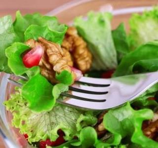 Zeleninový salát s ořechy a citronovou zálivkou