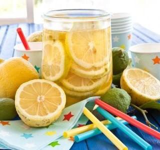 Horké léto a vaše dítě málo pije? Zkuste ledové čaje!